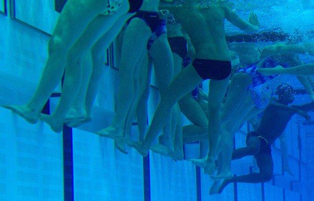 Ученые выяснили, сколько мочи попадает в воду бассейна.